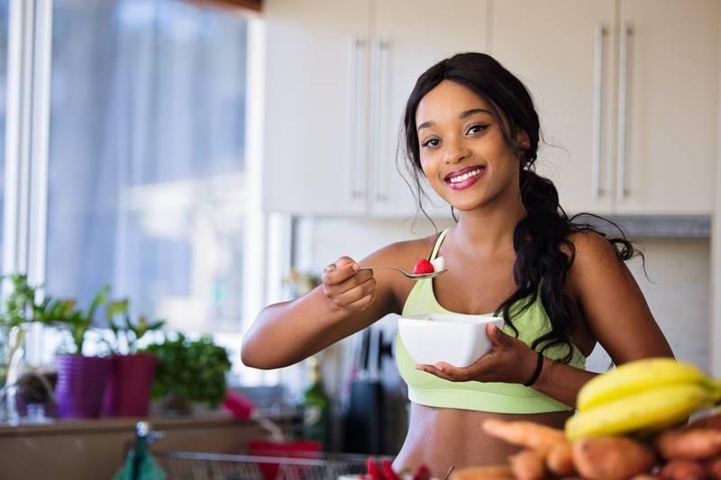 Mulher comendo saudável