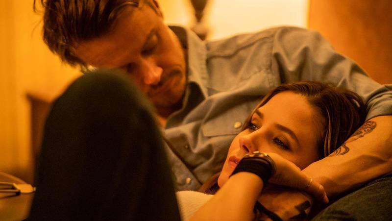 Michael Dorman e Sofia Bush em Hard Luck Love Song
