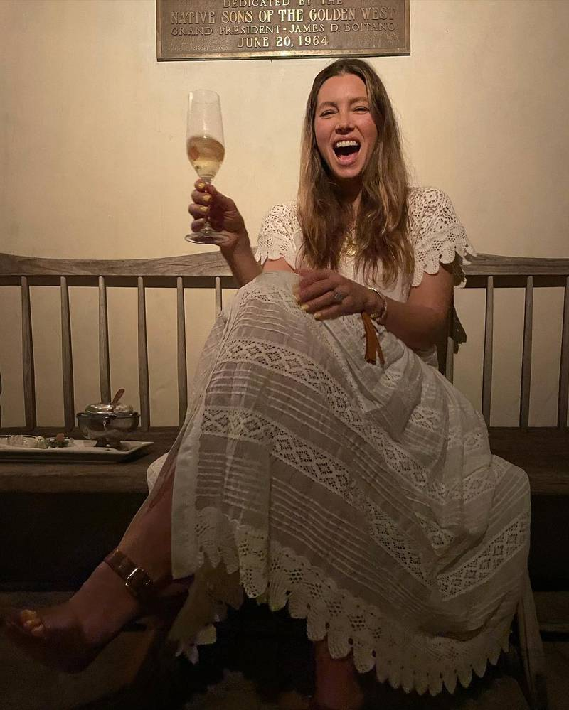 Atriz Jessica Biel segurando uma taça de vinho
